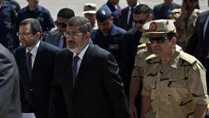"""جيش مصر ينهي الجدل حول """"اتهامات بخيانة مرسي"""" بحبس مسؤول رفيع سابق بالمخابرات"""