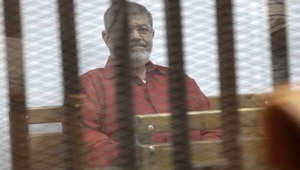 """مرسي يبلغ محكمة """"التخابر مع قطر"""" بتعرضه لـ""""جريمة كبرى"""""""