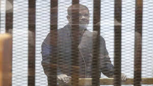 """مصر.. أول ظهور لمرسي ببدلة السجن الزرقاء أثناء محاكمته بقضية """"التخابر مع قطر"""""""