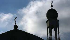 مجهولون يضرمون النار أمام مسجد في فرنسا ويرسمون علامات النازية على جداره
