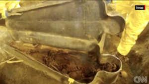 صورة لعملية إخراج المومياء من التابوت