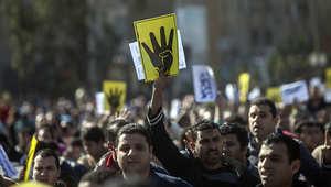 """مجموعة من مؤيدي الإخوان المسلمين يحملون علامة """"رابعة"""""""