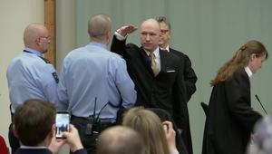 شاهد.. إرهابي نرويجي يؤدي التحية النازية في المحكمة