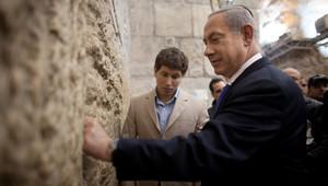 رئيس الوزراء الإسرائيلي بنيامين نتنياهو وابنه يائير بجانب حائط المبكى