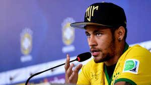 اللاعب البرازيلي نيمار يتحدث خلال مؤتمر صحفي