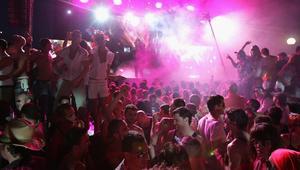 شاهد.. ملهى ليلي في تونس يدمج الموسيقى بالأذان والسلطات تغلقه