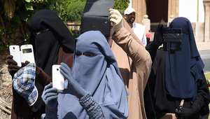 مجموعة من السيدات المنقبات في مسيرة بالمغرب