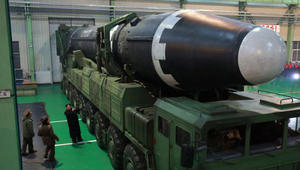 تفاصيل مثيرة وصادمة تكشفها صور الصاروخ الكوري الشمالي الجديد