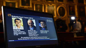 أمريكيان وألماني طوروا مجهراً ضوئياً فائق الدقة يقتسمون جائزة نوبل للكيمياء