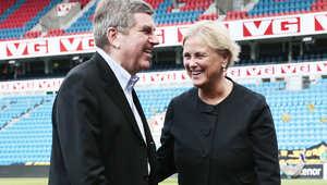وزيرة الرياضة والثقافة النرويجية مع رئيس اللجنة الأولمبية الدولية