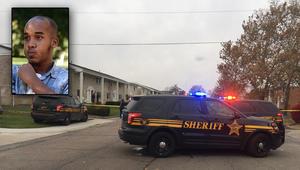 سيارات الشرطة تتجمع حول منزل منفذ الهجوم، الذي يظهر في يسار الصورة