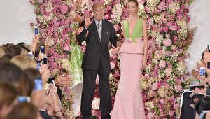 أوسكار دي لارينتا في آخر عرض أزياء ظهر فيه الشهر الماضي