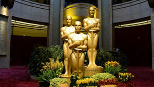 تماثيل الأوسكار تقف أمام بوابة المسرح