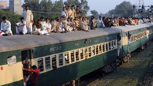 باكستان.. انفجار يطيح بقطار للركاب عن خطه الحديدي وأنباء عن سقوط عشرات الضحايا