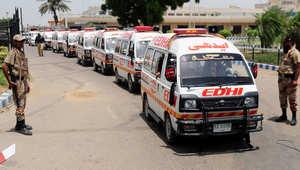 سيارات الاسعاف لنقل القتلى والجرحى في مطار كراتشي