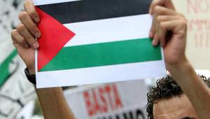 متظاهر إيطالي يحمل العلم الفلسطيني خلال اعتصام مؤيد لغزة