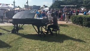 شاهد..موسيقي يعزف البيانو خارج مقر للشرطة في دالاس