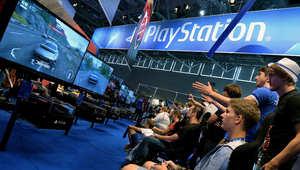 لاعبون بألعاب فيديو بلاي ستيشن