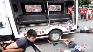 سيارة شرطة تدهس متظاهرين في الفلبين