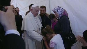 بالفيديو: بابا الفاتيكان يغادر اليونان بـ 12 لاجئا سورياً.. ويؤكد: لستم وحدكم