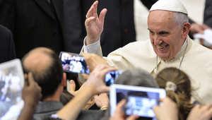 رجل يغلق سماعة الهاتف بوجه البابا.. مرتين