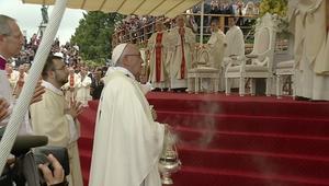 شاهد.. لحظة سقوط البابا أرضاً خلال زيارته لبولندا
