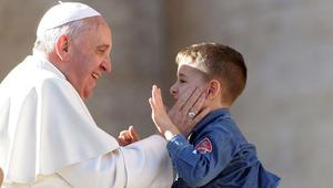 البابا فرانسيس يتهم المدارس بتضليل هوية طلابها الصغار الجنسية