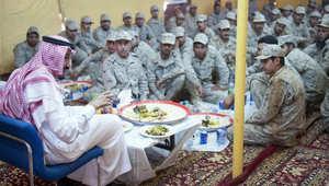 بالصور.. ولي العهد السعودي يزور قوات المملكة قرب حدود العراق: ضحيتم بالعيد لحماية البلاد