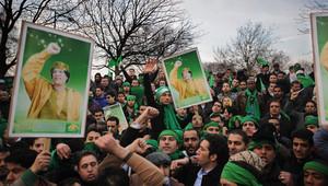 صورة أرشيفية لعدد من مناصري القذافي يحملون صوره