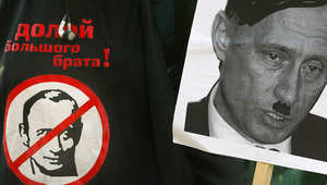 لافتة تحمل صورة لفلاديمير بوتين يشبه فيها هتلر