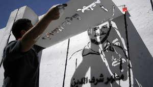 فنان يمني يرسم بطريقة الجرافيت، صورن لأحد ضحايا القاعدة على جدار