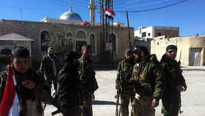 صورة أرشيفية لمجموعة من الموالين للنظام السوري يتجمعون وسط القلمون
