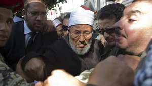 """هل يسحب الأزهر اعترافه بـ""""اتحاد علماء المسلمين"""" برئاسة القرضاوي؟"""