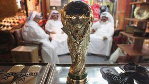 مجسم لكأس العالم في أحد الأسواق الشعبية بالدوحة.