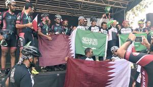 فريق دراجات قطري يحتفل مع نظيره السعودي بالفوز بسباق GBI