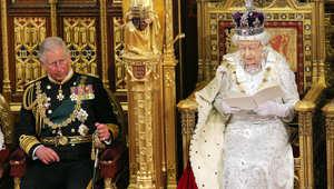 الملكة اليزابيث والأمير تشارلز خلال افتتاح البرلمان عام 2013