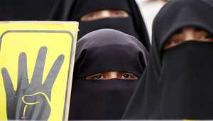 سيدة مصرية منقبة متضامنة مع ضحايا رابعة