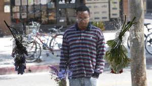 رجل يصلي بمكان سقوط ضحايا