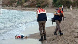 """بروز وسم """"غرق طفل سوري"""".. القرني: على العروبة صلى المجد وانتحبا.. وإمام الحرم: أنت اليوم مَيْت عند شطٍ لتفضحَ كل خوان لئيمِ"""