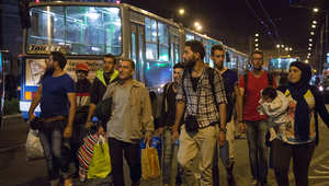قافلة تضم 170 لنقل لاجئين من بودابست إلى فيينا