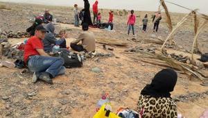 استمرار معاناة سوريين على الحدود المغربية-الجزائرية.. وشاهد عيان: لاجئة تلد بالعراء