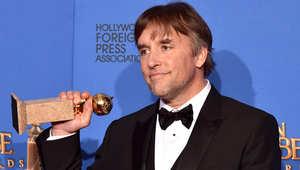 المخرج ريتشارد لينكلاتر يحمل جائزة غولدن غلوب لأفضل مخرج