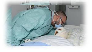 الملك محمد السادس يزور أحد المصابين في حادثة سير خطيرة شهدها المغرب