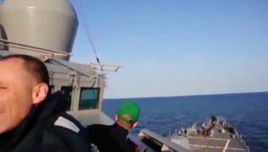 شاهد.. مقاتلات روسية تحلق فوق مدمرة أمريكية