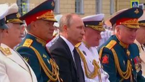 """شاهد.. روسيا """"تستعرض عضلاتها البحرية"""" بحضور بوتين"""