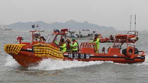 رجال الانقاذ في عملية بحث عن ضحايا السفينة الكورية الجنوبية الغارقة