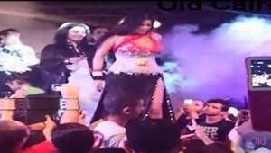 """وزيرة مصرية تطلب رسمياً ترحيل الراقصة صافيناز لـ""""إهانة"""" علم مصر"""
