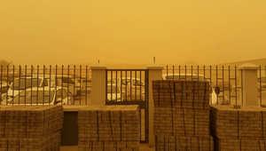 عاصفة ترابية محملة بالغبار الكثيف تضرب دولة الإمارات