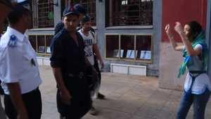 """بالفيديو.. مغاربة يتعرّضون للركل والشتم من طرف رجال أمن بسبب احتجاجهم على """"سوء تنظيم السعودية للحج"""""""
