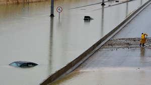 المياه تغمر السيارات في طريق سريع غرب الرياض